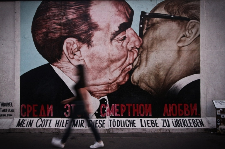 berlin wall fraternal kiss