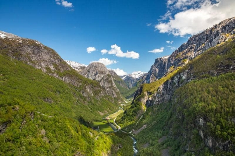 beautiful_valley_near_flam_norway