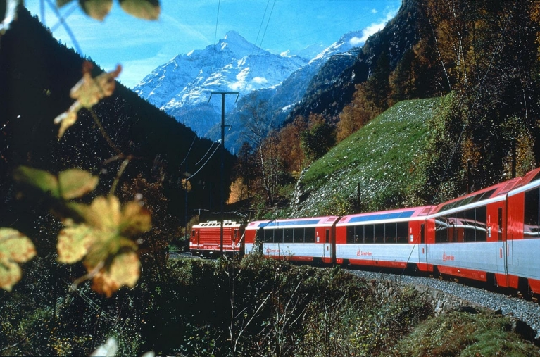 scenic_train_glacier_express_in_the_matter